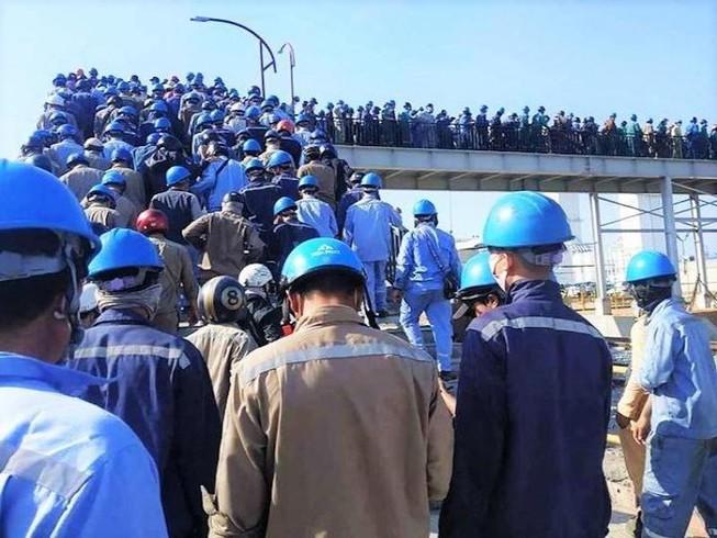 Hình ảnh công nhân Hòa Phát Dung Quất chen nhau vào khu sản xuất lan truyền trên Facebook