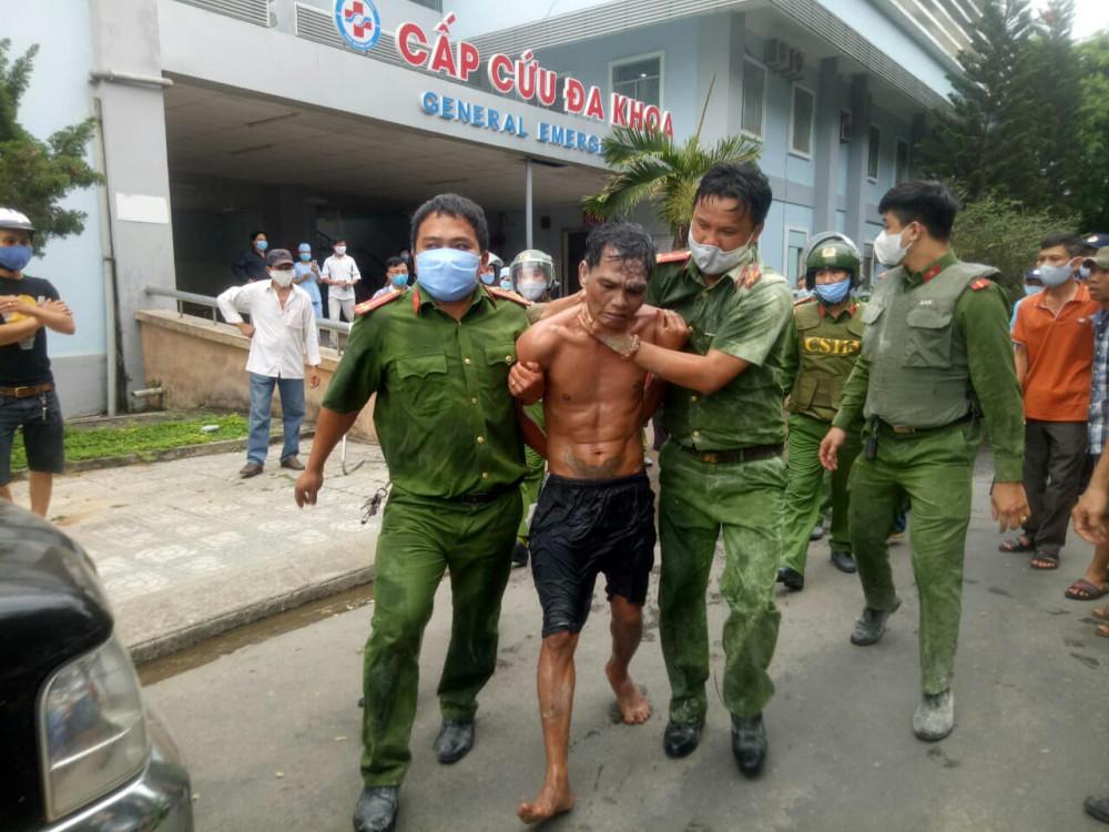 Cảnh sát khống chế và kẹp đối tượng phòng bị cắn