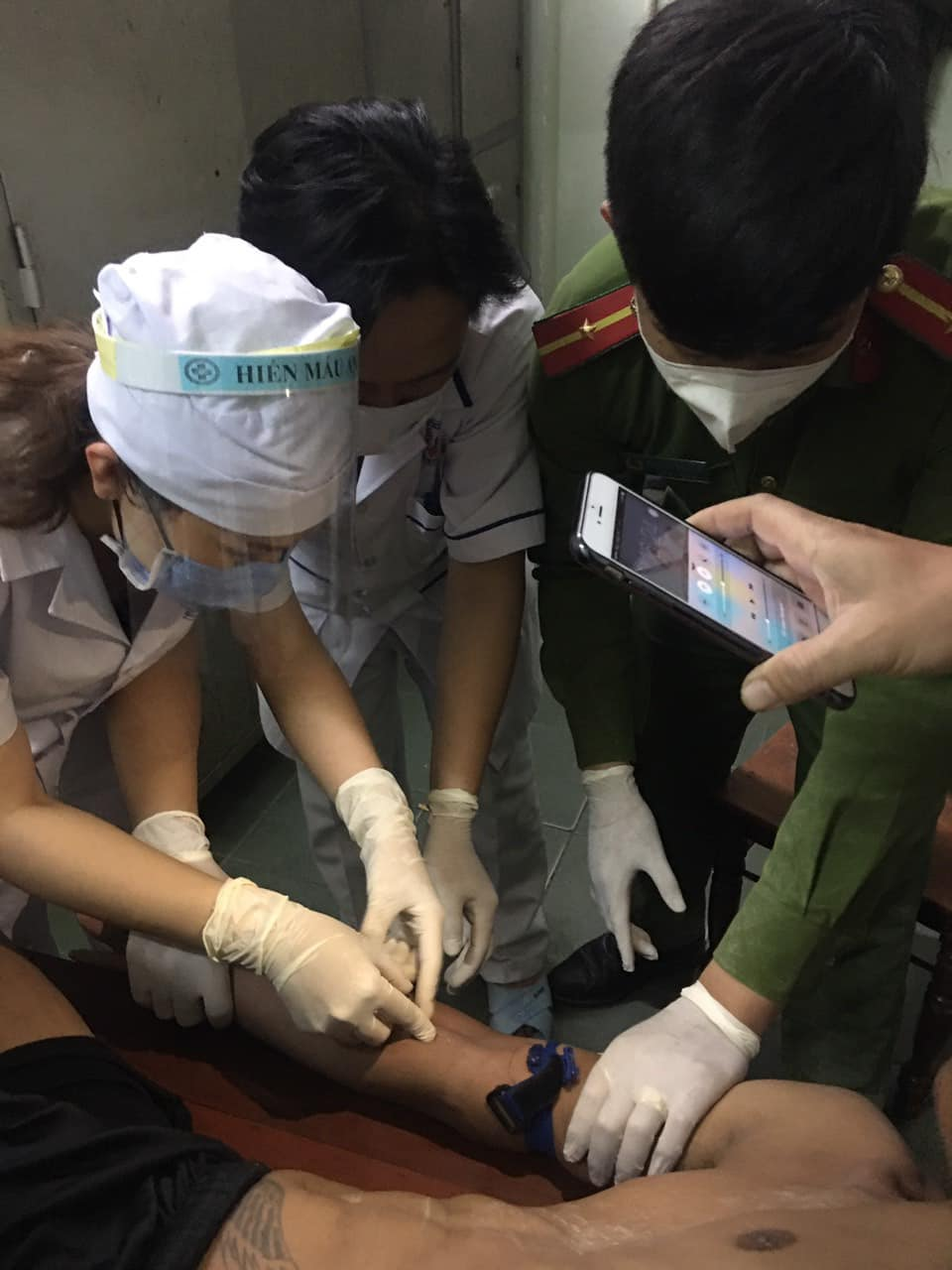 Nhân viên y tế đang lấy mẫu để xét nghiệm HIV