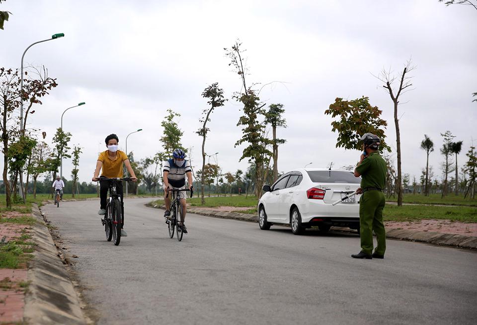 Các tổ công tác xã Hưng Lộc chốt chặn nhắc nhở, yêu cầu người dân tập thể dục ở hồ điều hòa ra về khi