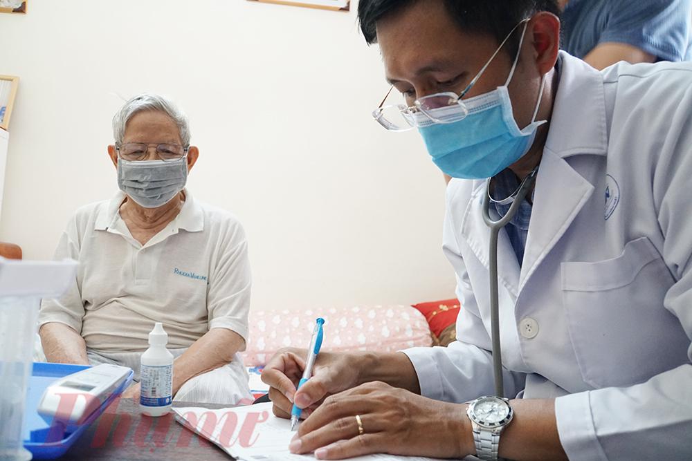 Sau khi khám bệnh, bác sĩ Quân kê đơn thuốc cho ông C., do được hưởng bảo hiểm y tế 100% nên ông C. không phải tốn tiền các loại thuốc trong danh mục bảo hiểm, người nhà của ông sẽ mang đơn thuốc đến bệnh viện lãnh thuốc cho ông.