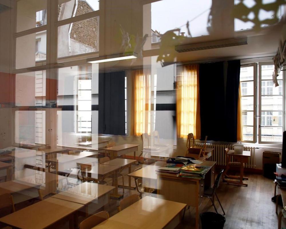 """Lần đầu tiên trong lịch sử Pháp, học sinh (HS) không phải tham dự kỳ thi THPT quốc gia hay còn gọi là thi tú tài """"baccalauréat"""", trong bối cảnh trường học bị đóng cửa do khủng hoảng COVID-19. Bộ trưởng Giáo dục Jean-Michel Blanquer đưa ra thông báo trên ngày 3/4. Động thái này khiến hàng trăm ngàn thanh thiếu niên Pháp cảm thấy băn khoăn tại một thời điểm then chốt trong cuộc sống. Lý do vì HS cuối cấp luôn dành """"sự nghiệp học tập"""" để chuẩn bị cho các kỳ thi nghiêm ngặt vào tháng Sáu hằng năm. Kỳ thi này quan trọng đến nỗi nhiều người trưởng thành liệt kê kết quả thi tú tài trên sơ yếu lý lịch khi đi xin việc. Thay vào đó, năm nay HS có thể nhận bằng cấp dựa trên điểm số tại trường trước và sau thời gian cách ly xã hội để chống dịch. Toàn bộ trường học tại Pháp đóng cửa kể từ ngày 16/3, HS và giáo viên phải chuyển sang học trực tuyến. Theo Bộ trưởng Blanquer, hệ thống giáo dục không thể mở cửa trở lại trước tháng Năm. Một phái đoàn chuyên gia sẽ kiểm tra bảng điểm học tập để đảm bảo các điều kiện công bằng cho 740.000 HS. Ra đời năm 1808 dưới triều đại của hoàng đế Napoléon, bằng tú tài là điều kiện chính cần có để theo đuổi việc học tại trường đại học. Ngay cả trong thời chiến, kỳ thi vẫn được duy trì, dù đôi khi chính quyền phải tổ chức lại hoặc hoãn thi. Không giống như ở Mỹ, nhiều hệ thống châu Âu tập trung rất nhiều vào kỳ thi cuối năm học, trong khi các buổi lên lớp trong suốt cả năm có ít ý nghĩa hơn. Các trường học tại Mỹ đã hủy bỏ các buổi lễ tốt nghiệp, buộc những người trẻ từ bỏ những kỷ niệm liên quan đến mũ, áo choàng, bài phát biểu và tiệc chia tay. Anh hủy cả hai kỳ thi quan trọng, bao gồm GCSE mà HS trải qua năm 16 tuổi và A-Levels nhằm xác định trình độ nhập học đại học. Các trường được yêu cầu đưa ra dự đoán về những gì HS sẽ đạt được, dựa trên thành tích trong quá khứ, mức thể hiện trong lớp và các yếu tố khác. Điều này đã dẫn đến mối quan ngại về việc đánh giá cảm tính, không công bằng.  Cộng hòa Séc, Slovakia, Bulgaria và Serbia đều đã hoãn các """