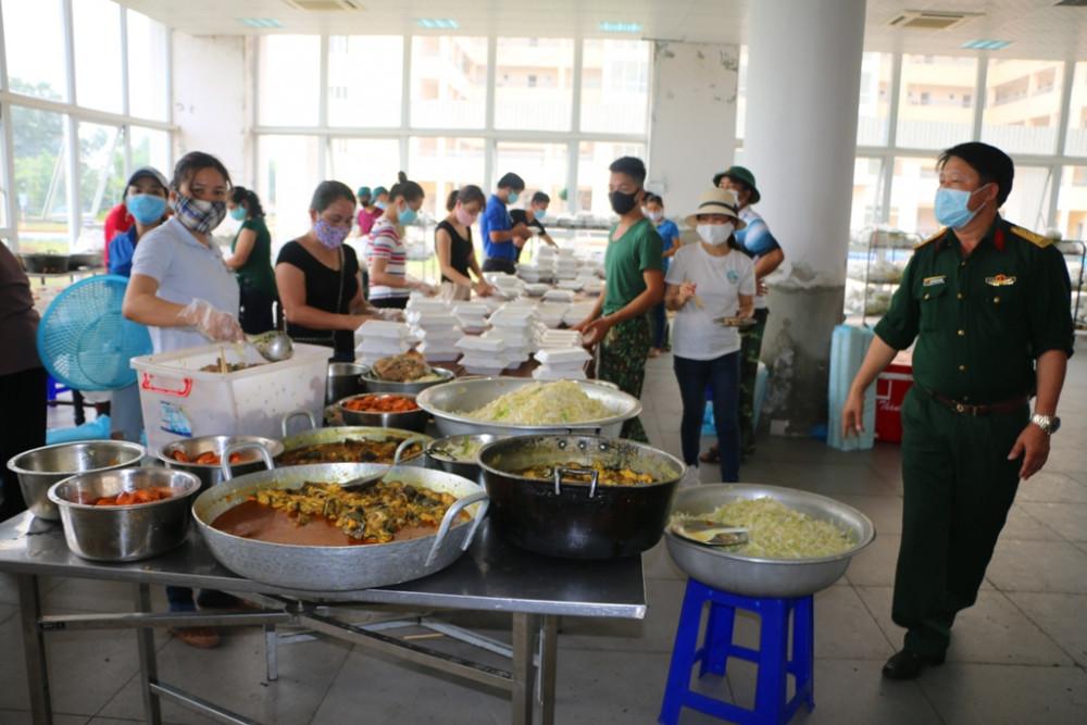 Mỗi ngày các chiên sĩ tại Khu cách ly Ký túc xá - Ngân hàng Công thương Việt Nam tại xã Phú Thượng  phải chăm lo 1506 suất ăn ngày ba bữa
