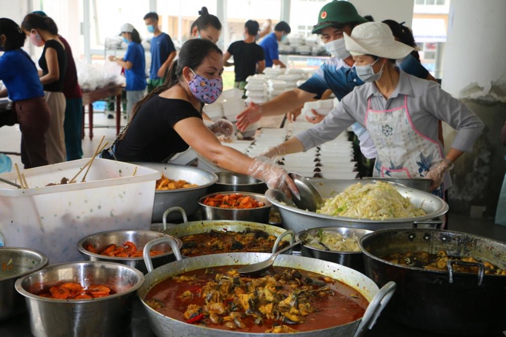 Thay đổi món ăn  từng bữa một phục vụ tận tình cho bà con tại Khu cách ly Ký túc xá - Ngân hàng Công thương Việt Nam tại xã Phú Thượng