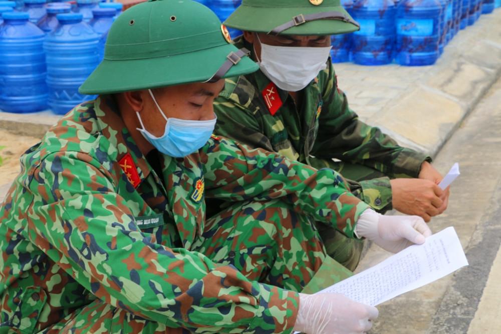 Tranh thủ thời gian rảnh các chiến sĩ xem lại những cảm tưởng của bà con đang ở tại Khu cách ly để phục vụ tốt hơn