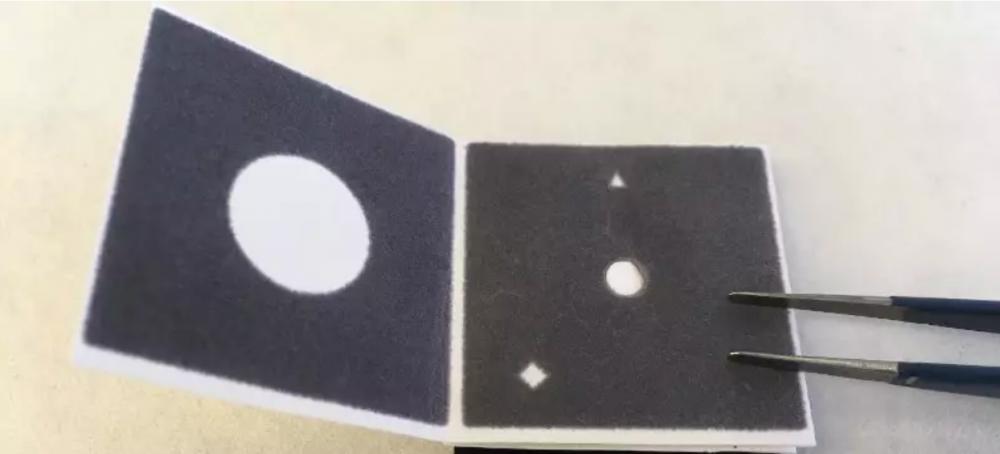 Dụng cụ bằng giấy có thể gấp mở dễ dàng, có chứa thuốc thử bên trong để thực hiện phản ứng sinh hóa với axit nucleic trong nguồn nước. Kết quả có thể nhìn thấy bằng mắt thường: vòng tròn màu xanh lá – dương tính, vòng tròn màu xanh dương – âm tính