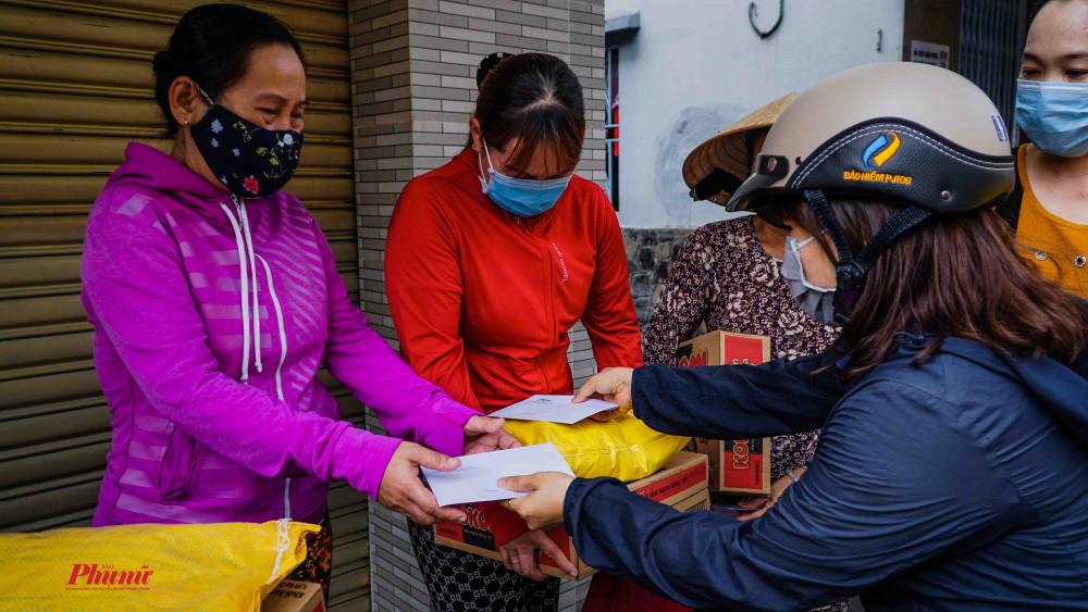 Báo Phụ Nữ TPHCM đã đến quận 10, 5, 6 để trao quà của mạnh thường quân cho những người bán vé số