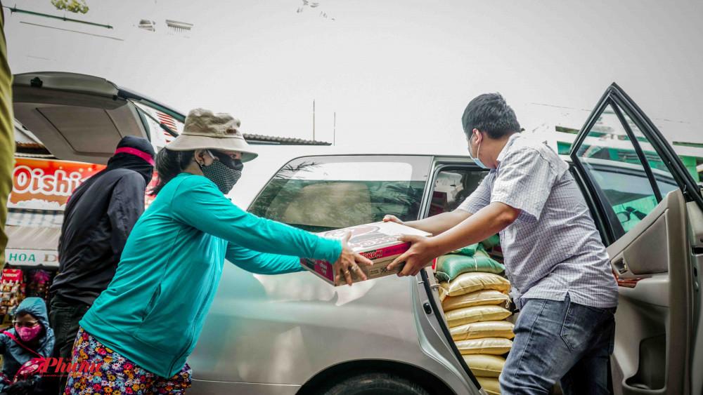 Báo Phụ Nữ TP.HCM đã trao tặng gần 100 phần quà trong chiều 7/4