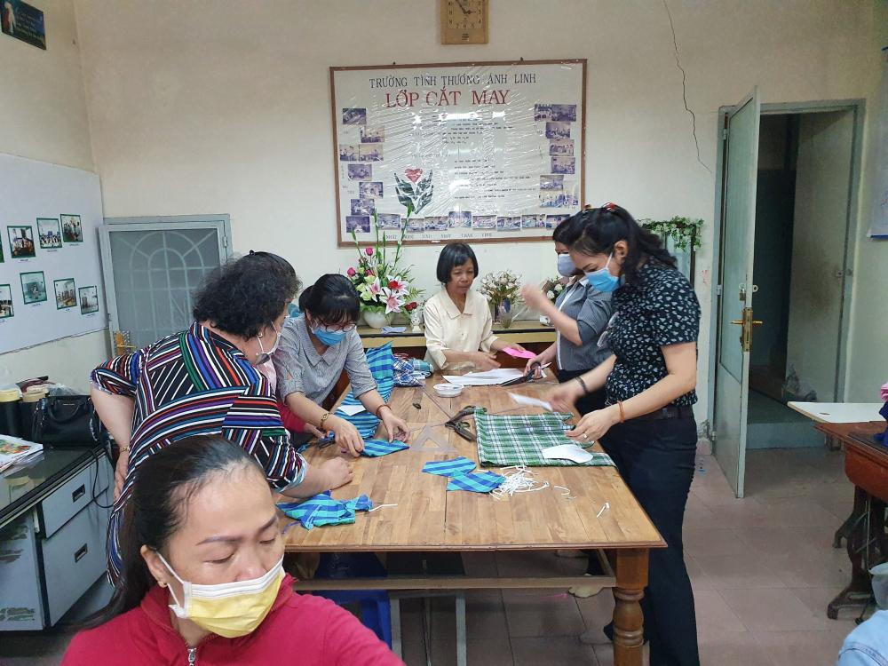Cán bộ Hội cùng các cô giáo trường tình thương Ánh Linh may khẩu trang