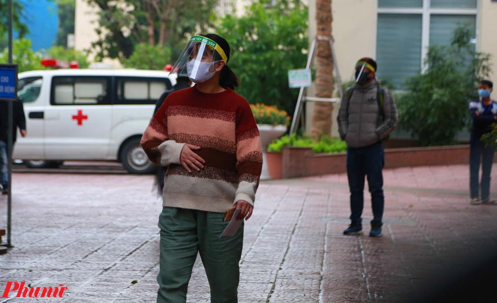Để bảo vệ bản thân, nhiều sản phụ được phát mũ chống giọt bắn để bảo vệ bản thân.