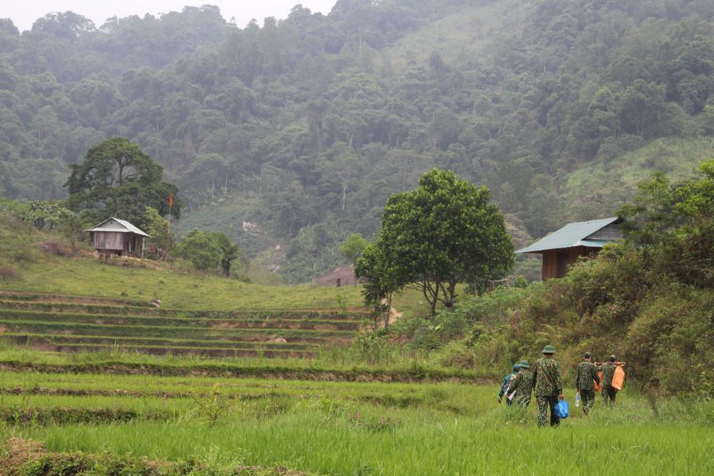 Đỉnh trời A dúi trải dài dọc biên giới Việt – Lào, nơi có 3 chốt được thành lập ở đây gồm: A nông, A xan và Gary để kiểm soát người dân giáp ranh, dọc biên giới.