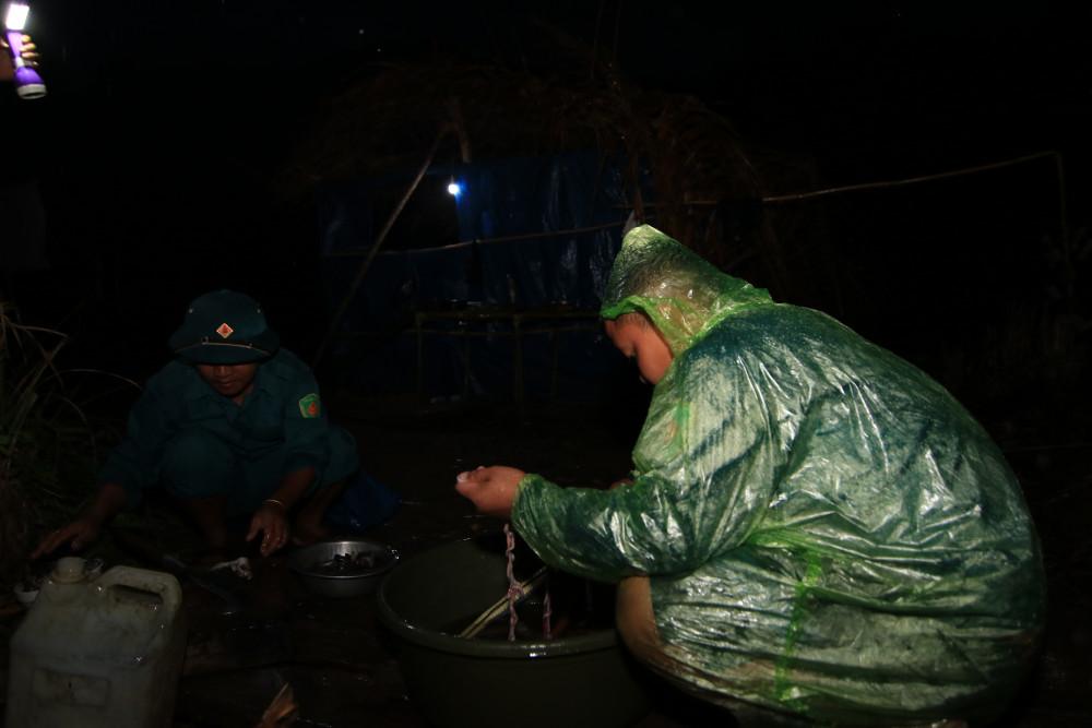 Cơn mưa rừng khiến cho cái lạnh trở nên rõ ràng hơn bao giờ hết. Nhiều cán bộ chiến sĩ chỉ kịp ăn vội rồi tiếp tục đi tuần.