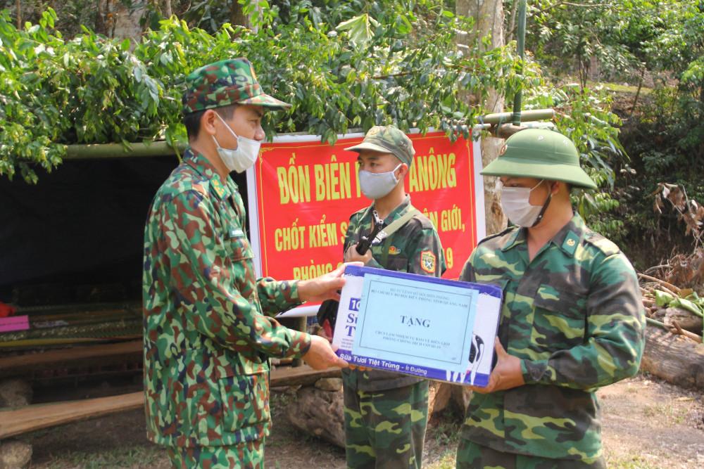 Thượng tá Hoàng Văn Mẫn, Chính ủy Bộ đội Biên phòng Quảng Nam trao quà động viên cho các cán bộ, chiến sĩ đang chốt chặn tại biên giới. Đồng thời động viên những chiến sĩ này tiếp tục hoàn thành tốt nhiệm vụ được giao. Đúng với câu