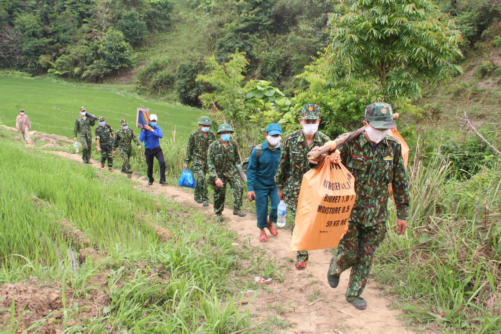 Vừa qua, Đoàn công tác của Bộ chỉ huy Bộ đội Biên phòng tỉnh đã gánh đồ tiếp tế gồm các nhu yếu phẩm cần thiết để tiếp tế cho những cán bộ, chiến sĩ đang túc trực nơi đây.