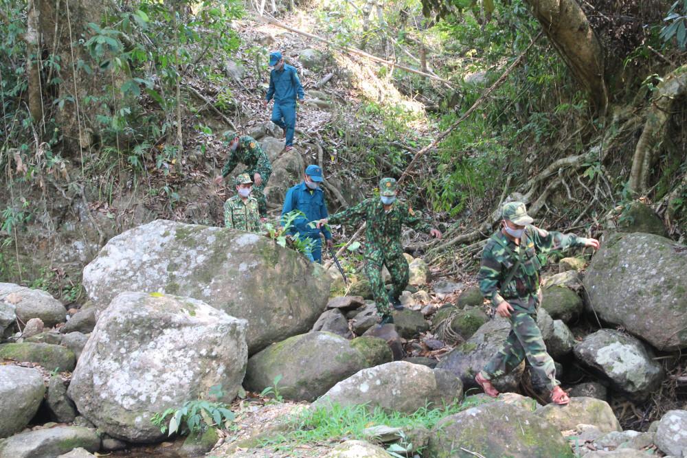 Nhiệm vụ hàng ngày của họ là lội suối, băng rừng hàng tiếng đồng hồ để tuần tra khu vực biên giới.