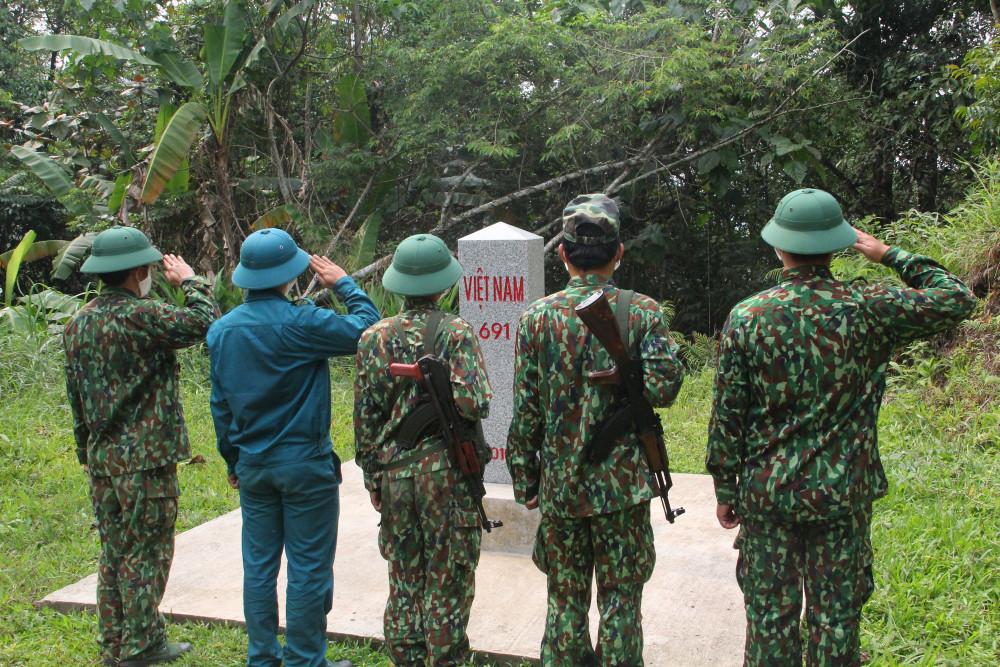 Giây phút thiêng lieng tại cột mốc biên giới Việt - Lào.