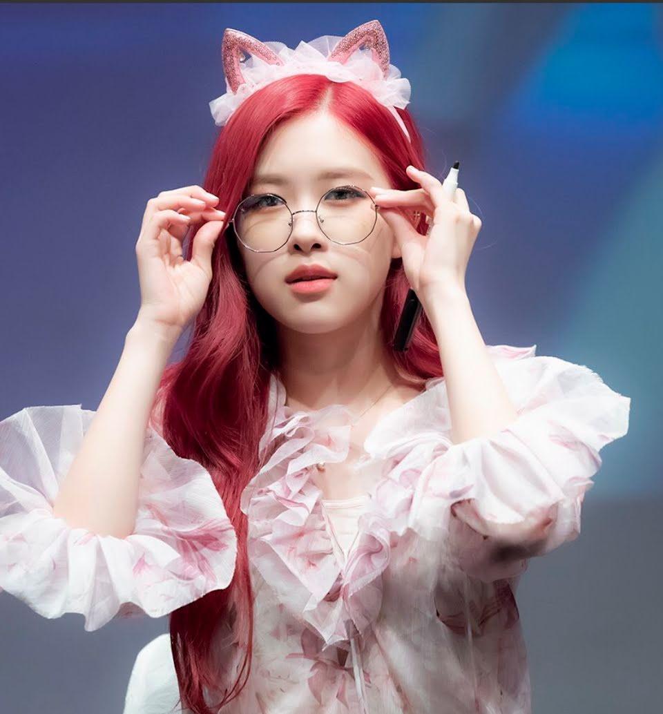 Kể cả khi trên sân khấu, xuất hiện giao lưu với người hâm mộ, Rose vẫn đeo kính để tăng thêm vẻ đáng yêu.