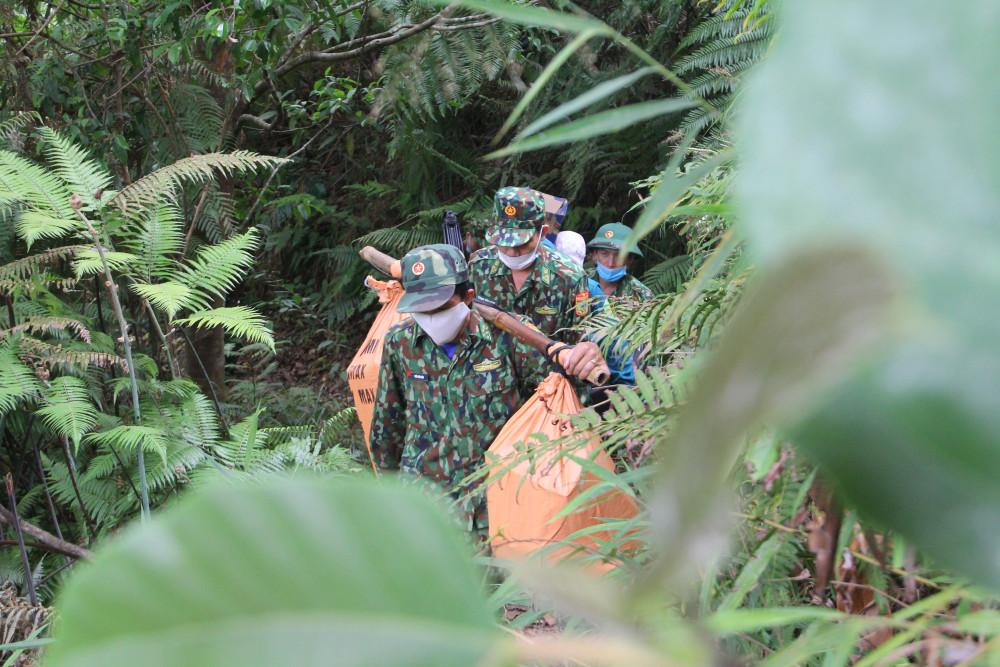 Từ thôn GLao (xã AXan, H.Tây Giang) phải vượt qua hơn 2 tiếng đồng hồ đường rừng mới đến được các chốt.