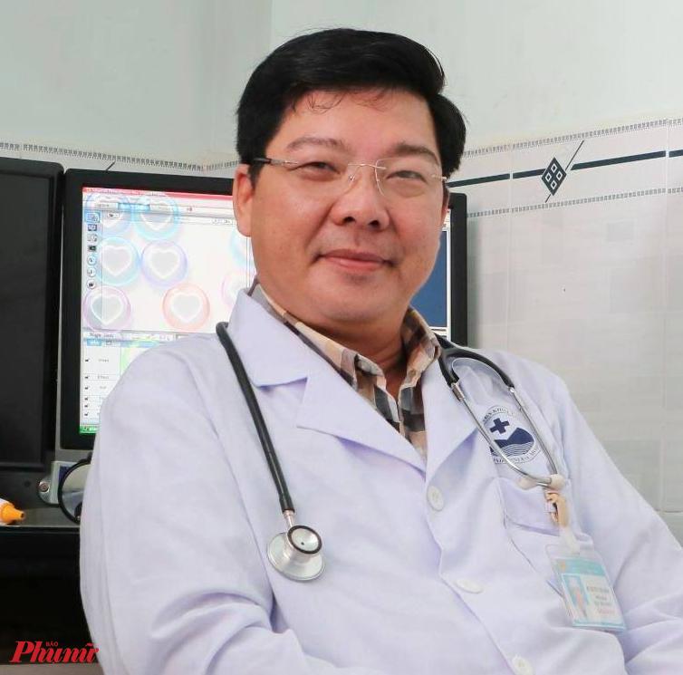 """Bác sĩ Nguyễn Thái Bình - Phó Giám đốc Bệnh viện Đa khoa tỉnh Tây Ninh, nơi gần 10 bác sĩ không một phút chần chừ, mặc đồ bảo hộ để hội chẩn khẩn, mổ cấp cứu cho bệnh nhân bị vỡ thai ngoài tử cung khi đang cách ly tại Tây Ninh. Ê-kíp mổ cũng phải cách ly sau khi cứu sống bệnh nhân. Bác sĩ Bình chia sẻ: """"Việc quan trọng hàng đầu là người dân hãy chủ động thực hiện các phương pháp phòng, chống COVID-19, tin tưởng vào các hướng dẫn của Bộ Y tế. Các bác sĩ của bệnh viện cố gắng tạo điều kiện tốt nhất chăm sóc sức khỏe mọi người. Đừng lo lắng, chúng tôi luôn bên cạnh các bạn""""."""