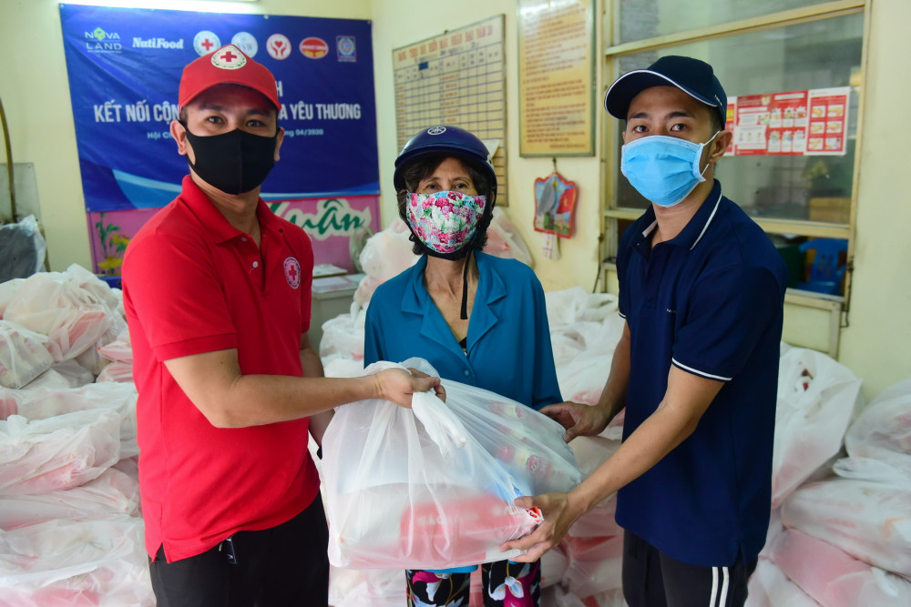Hàng trăm phần quà được đại diện Novaland và Hội Chữ thập đỏ Q.6 trao tặng đến những hộ dân chịu nhiều khó khăn do dịch bệnh.