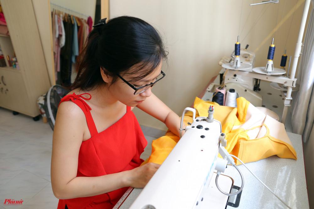 Còn hiện tại, thời gian rảnh nhiều hơn, chị tìm kiếm nhiều kiểu dáng quần áo mới để tập tành.