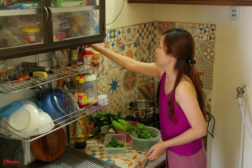 Góc bếp từ ngày dịch bệnh, được chị lớn sử dụng nhiều hơn để chế biến các món mới.