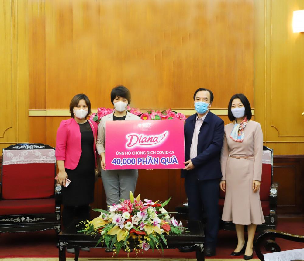 Bà Eriko Sato – Trưởng phòng Tiếp thị Người tiêu dùng của Diana Unicharm – trao tặng 40.000 phần quà tới Đại diện Ủy ban MTTQ Việt Nam