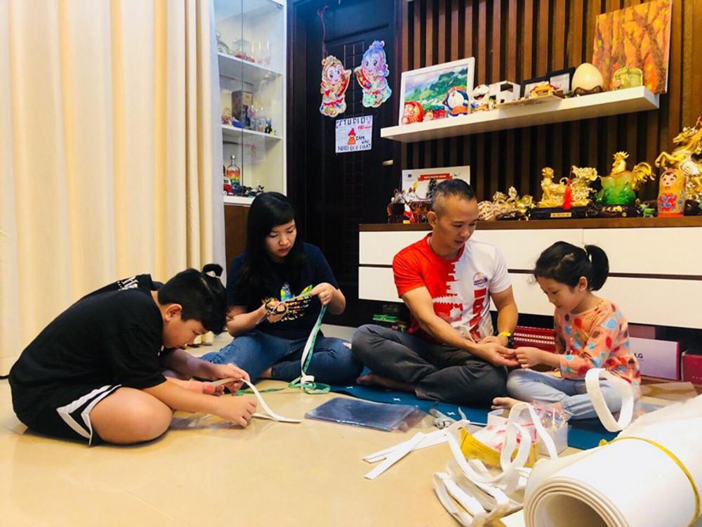 Mỗi ngày trôi qua, gia đình anh Thành Chung và chị Nguyễn Lê cùng hai con Thành Vinh và Châu Linh ở Hà Nội lại cho ra đời 50 chiếc mặt nạ chống giọt bắn. Họ đã đóng thùng gửi một phần sản phẩm cho các y bác sĩ tuyến đầu chống dịch. Gia đình dự tính sẽ làm 500 mặt nạ trong 14 ngày cách ly và sẽ làm nhiều hơn khi có thêm thời gian hoặc có sự tiếp sức của bạn bè xa gần (ảnh nhân vật cung cấp)