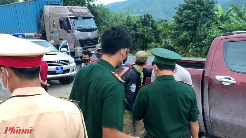 Lực lượng chức năng đã kịp thời bắt giữ nhóm 6 người đưa về cách ly. Ảnh: Bạch Anh
