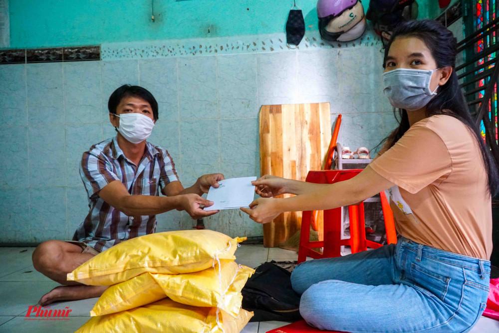 Tại 1 con hẻm nhỏ trên đường Hồng Bàng, phóng viên báo Phụ Nữ đã trao tặng phần gạo và tiền cho cặp vợ chồng có hoàn cảnh khó khăn