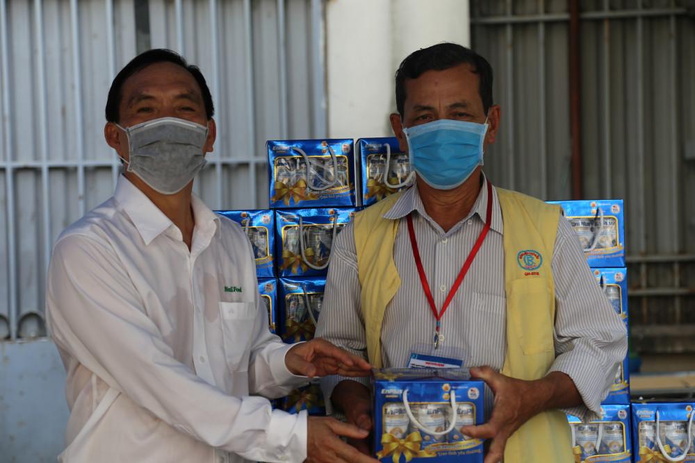 Bệnh nhân đang điều trị tại Bênh viện Chợ Rẫy vui mừng khi nhận được sữa từ đại diện của NutiFood trao tặng