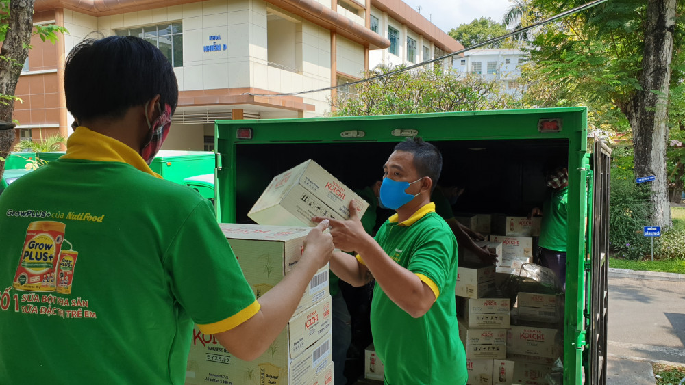 Từng thùng sữa NuitiFood đang được bốc dỡ trao tặng cho Bệnh viện Bệnh nhiệt đới TP.HCM