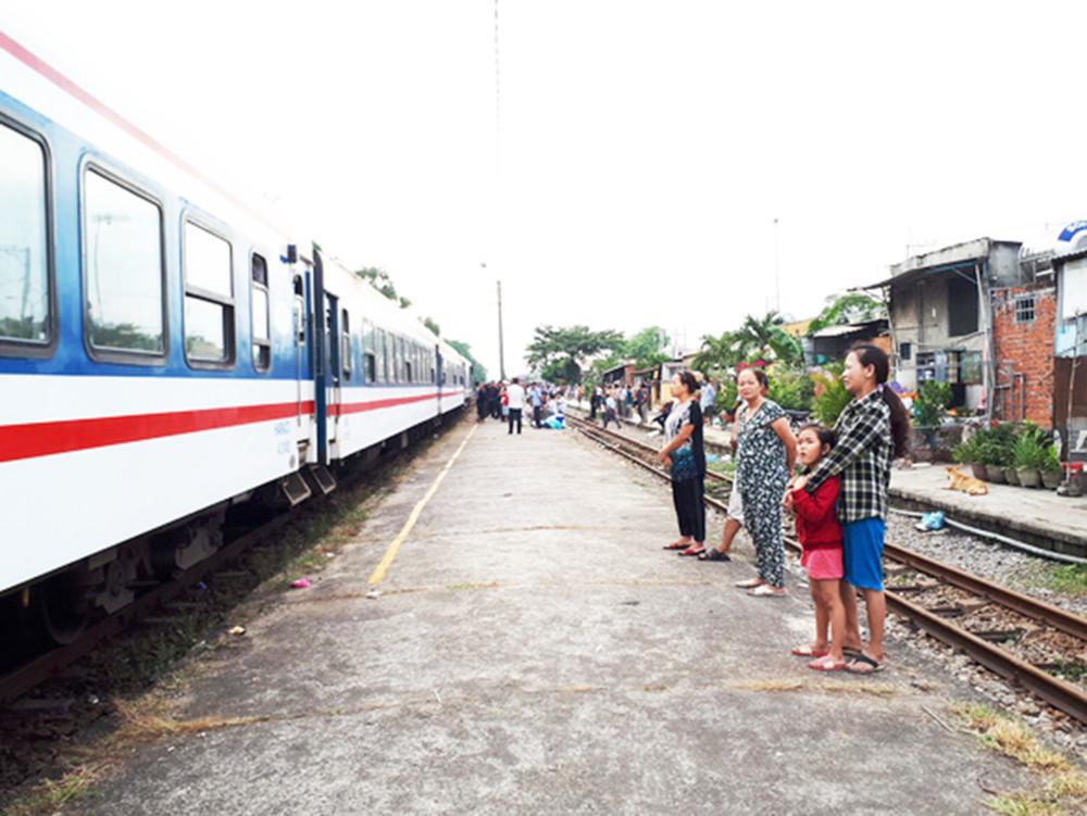UBND tỉnh Quảng Nam vừa có Công văn kiến nghị với Bộ GTVT tạm dừng hoặc điều chỉnh tần suấttàu xuống còn 2 hoặc 3 ngày/chuyến với tuyến đường sắt Hà Nội - TP.HCM.
