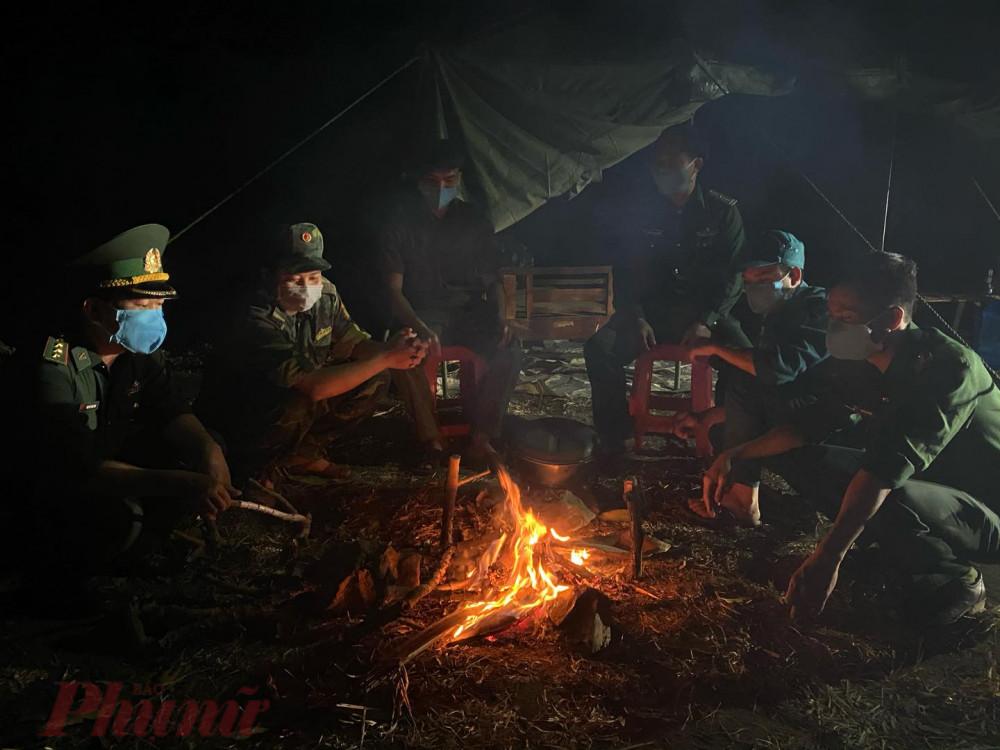 Bộ đội Biên Phòng cùng lực lượng dân quân tự vệ đốt lửa tuần tra đêm dọc biên giới Việt Lào  đoạn qua đường Hồ Chí Minh
