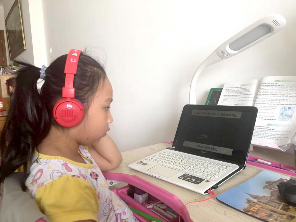 Học sinh lớp Hai đang học trực tuyến tại nhà - Ảnh: Thanh Thanh