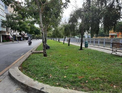 Nhiều trường hợp không đeo khẩu trang đi dạo mát dọc kênh Nhiêu Lộc bị xử phạt.