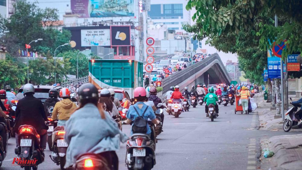 Cầu vượt Cộng Hòa - Hoàng Hoa Thám trong tình trạng đông nghịt người và phương tiện lưu thông
