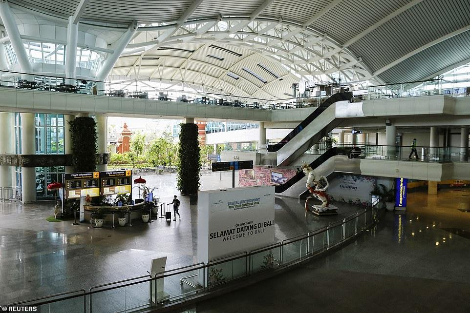 Sân bay Gusti Ngurah Rai gần như trống rỗng sau khi virus lây lan khắp Indonesia, lây nhiễm hơn 2.400 người.