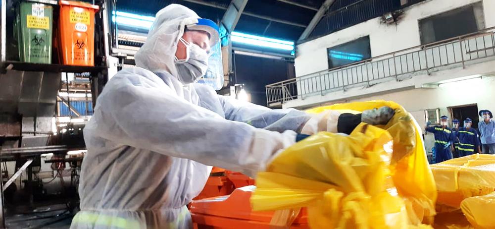 Từng công đoạn thu gom, vận chuyển và xử lý chất thải từ các khu cách ly được các công nhân vệ sinh tuân thủ nghiêm ngặt