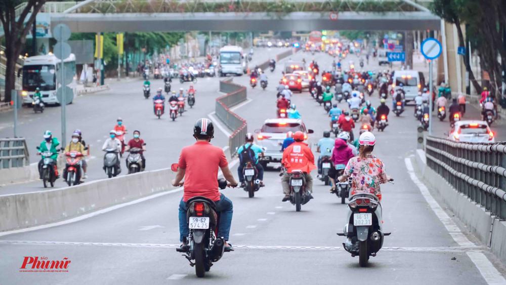 Lượng phương tiện lưu thông trên đường Hoàng Văn Thụ luôn ở mức khá đông