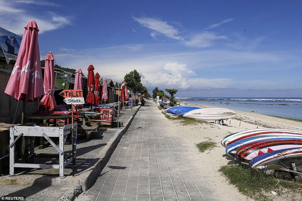 Lối đi bộ của Bãi biển Pandawa vắng tanh ở Nam Kuta, Bali vào cuối tháng 3.
