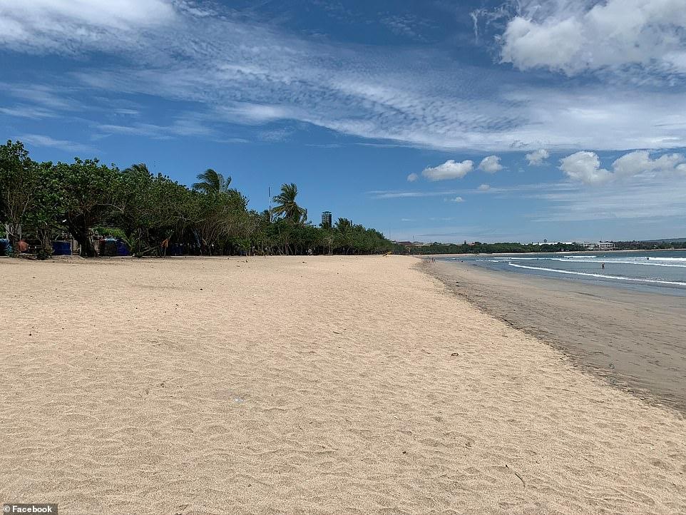 Một bãi biển hoang vắng ở Bali. Hàng ngàn người đã bị mất việc sau khi khách du lịch bị cấm vào Indonesia.