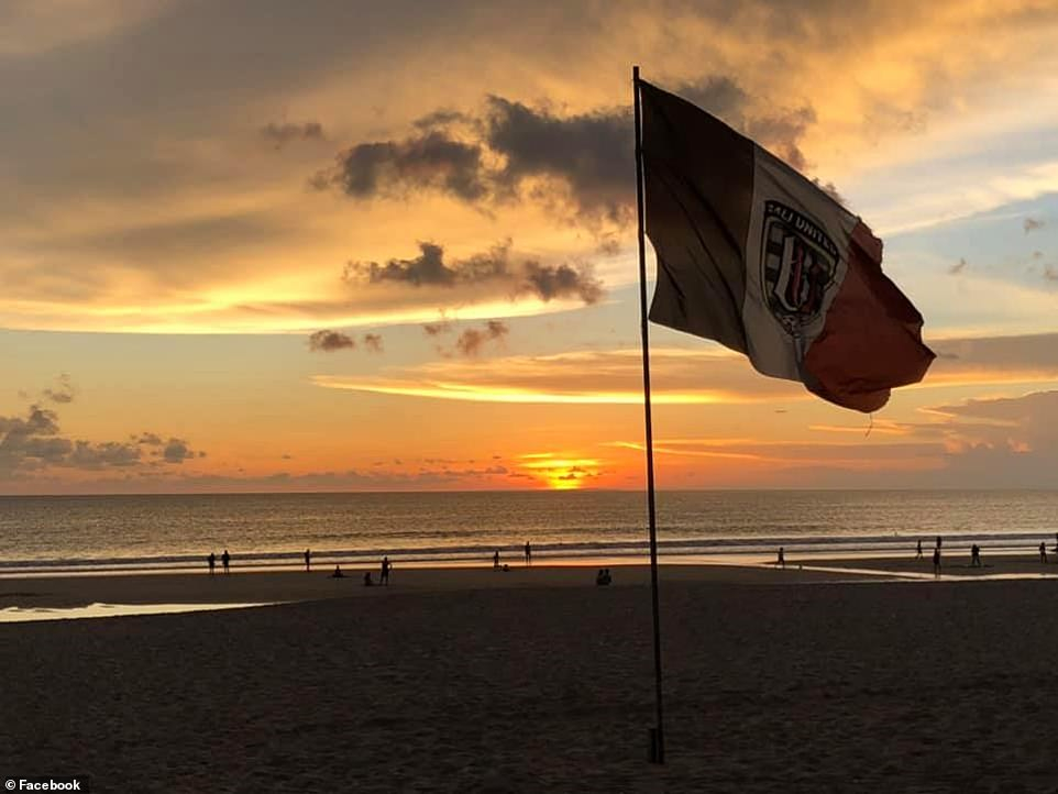 Hoàng hôn trên một bãi biển ở Bali trước khi lệnh cấm du lịch bắt đầu ngăn chặn tất cả những người không cư trú vào nước này.