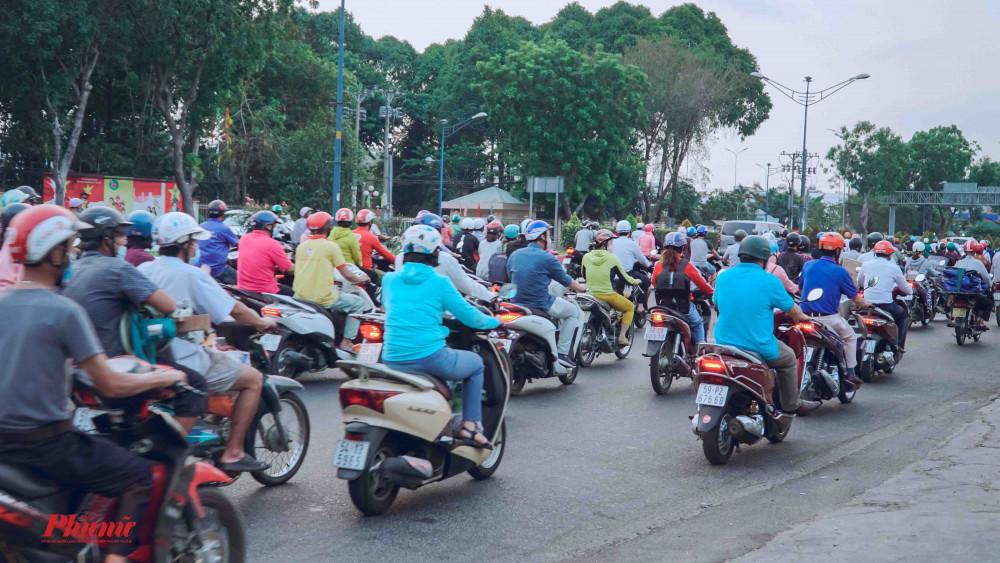Đường Trường Chinh hướng về ngã tư An Sương, xe đông, người lưu thông di chuyển chậm
