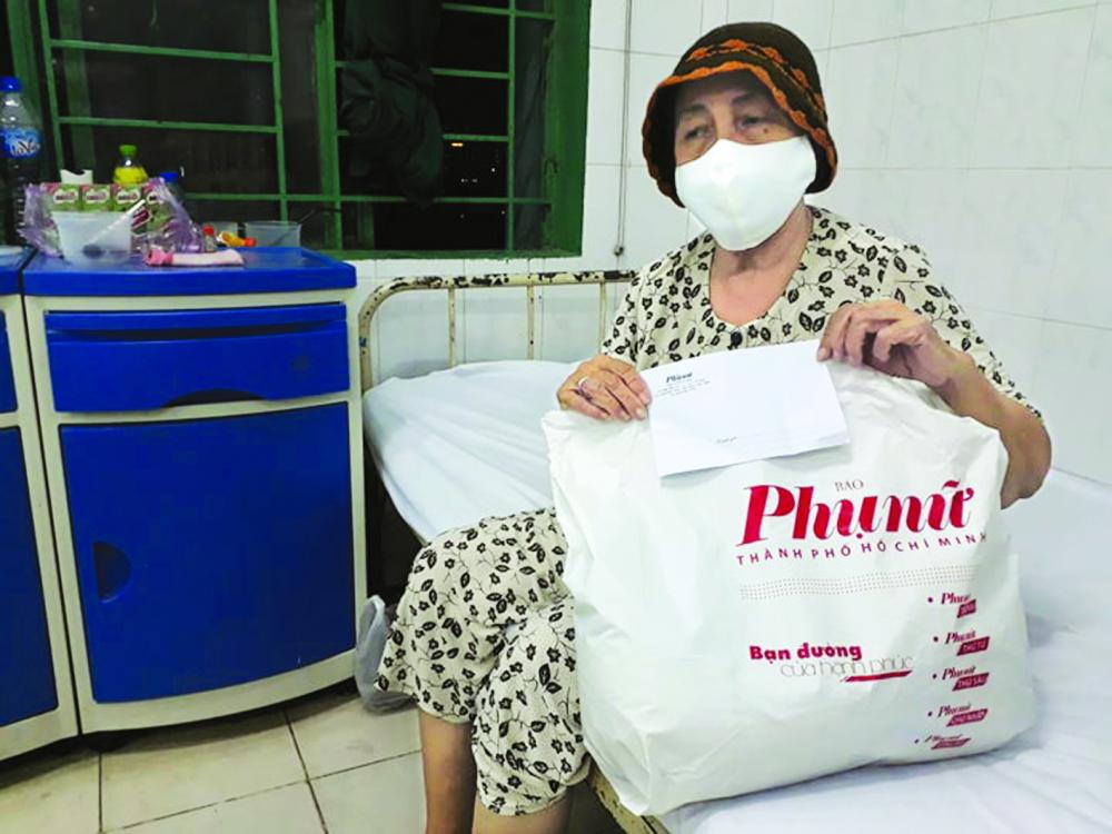 Bà Huệ được nhận quà tại Bệnh viện Q.8