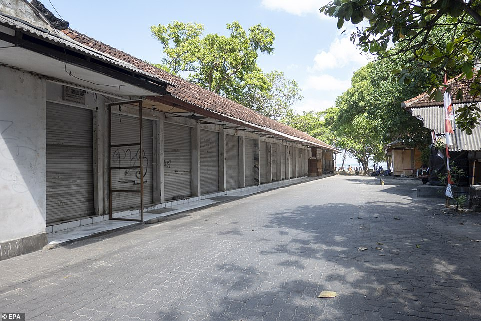 Các cửa hàng lưu niệm ở Kuta đóng cửa.