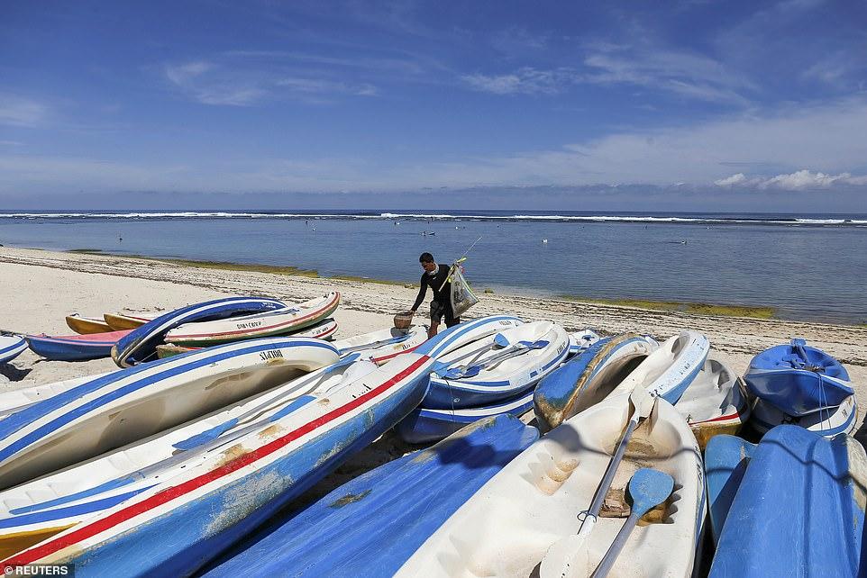 Một ngư dân tại bãi biển Pandawa sau khi địa điểm ngừng đón khách du lịch.