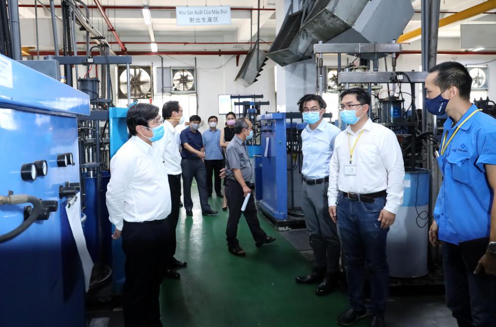 Chủ tịch UBND TP Nguyễn Thành Phong kiểm tra một doanh nghiệp sản xuất ở quận 7 trước nguy cơ lây lan dịch bệnh ở những nơi tập trung đông công nhân