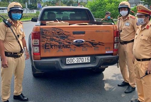 Lực lượng chức năng phát hiện và bắt giữ xe ô tô bán tải chứa 10 ngàn khẩu trang không rõ nguồn gốc. Ảnh: Công an cung cấp