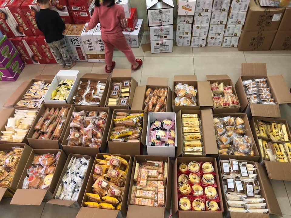 Nhiều loại bánh Trung Quốc nội địa đang thu hút khách trong mùa dịch vì giá rẻ, nhiều vị lạ